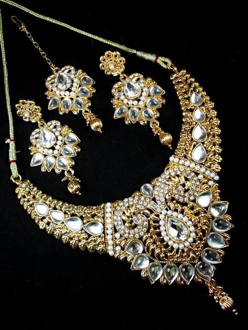 Conjunto blanco de collar pendientes y tikka