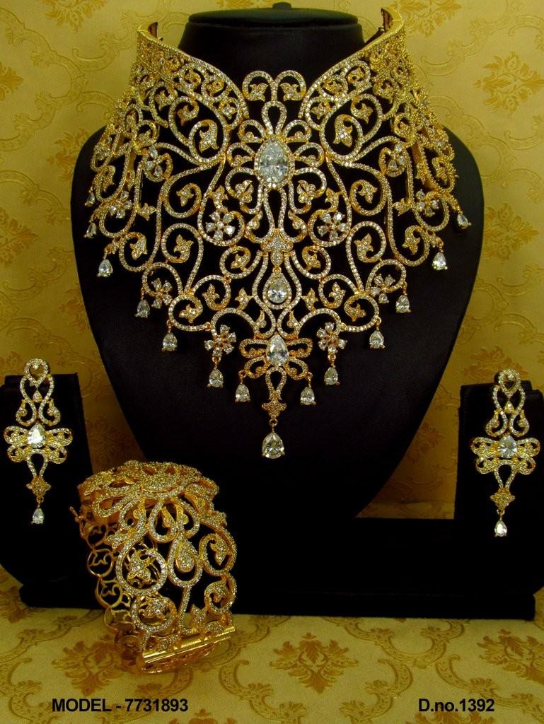 Conjunto collar pendientes y brazalete chapado oro