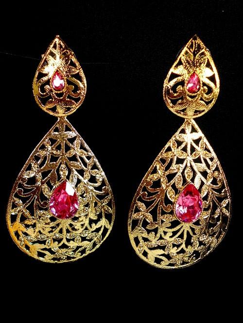 Pendientes dorados con piedras rosas
