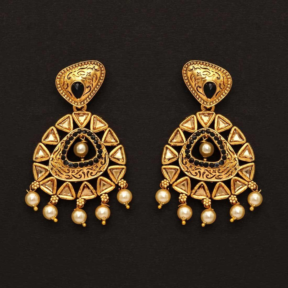 Pendientes dorados con perlas piedras negras