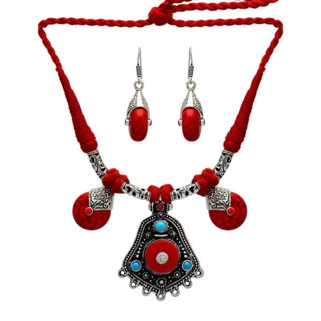 collar rojo con pendientes