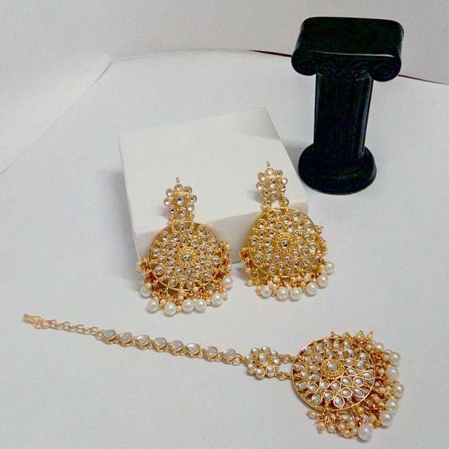 pendientes y joya frente de perlas