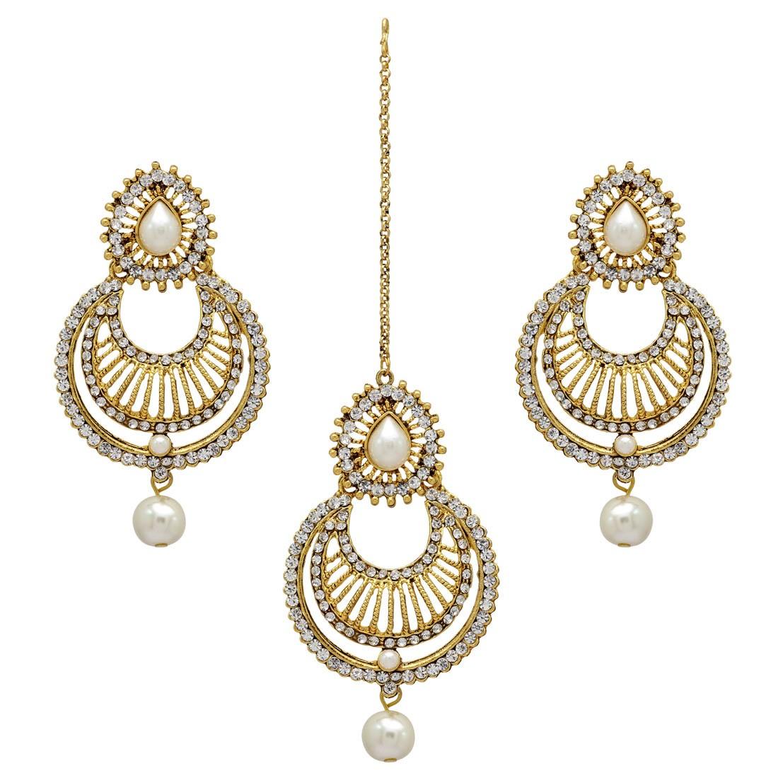 Pendientes y tika brillantes con perlas