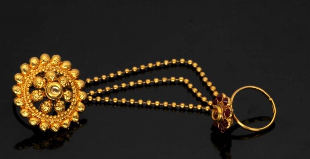 Anillos dorados con cadenas