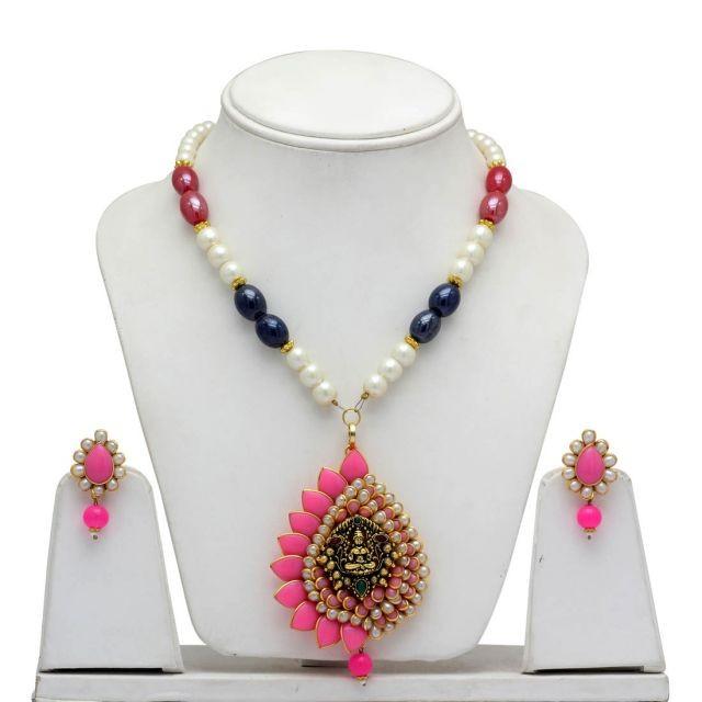 collar de perlas y pétalos rosas