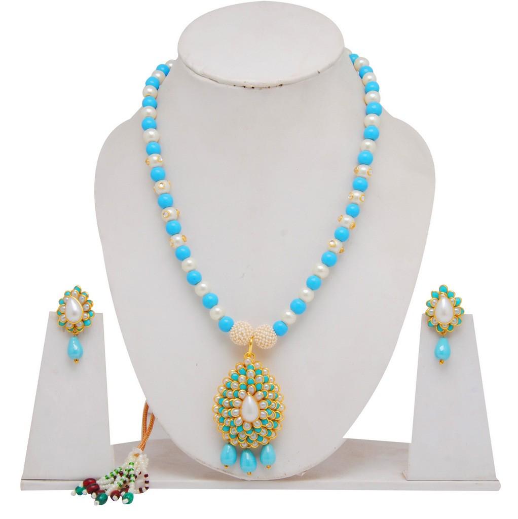 collar azul y blanco con pendientes
