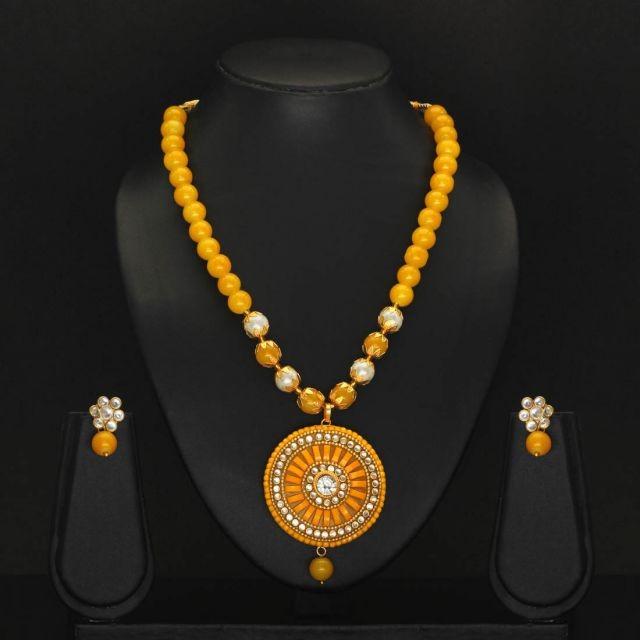 conjunto collar amarillo y pendientes