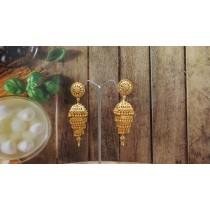 Pendientes dorados campana india