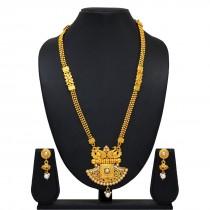 Collar dorado y perlas con pendientes