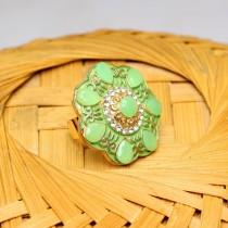 Anillo verde con piedras