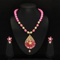 Collar rosa y pendientes de flor