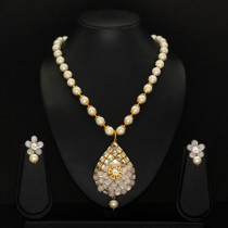 collar de perlas con pendientes